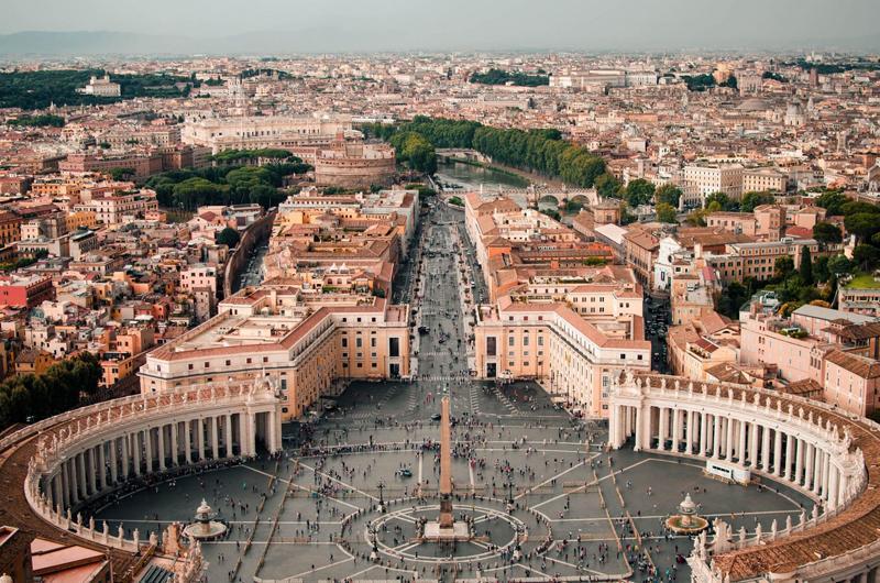 Nhà thờ Thánh Phêrô là nơi có nhiều tác phẩm nghệ thuật, đáng kể nhất là các tác phẩm của Michelangelo.