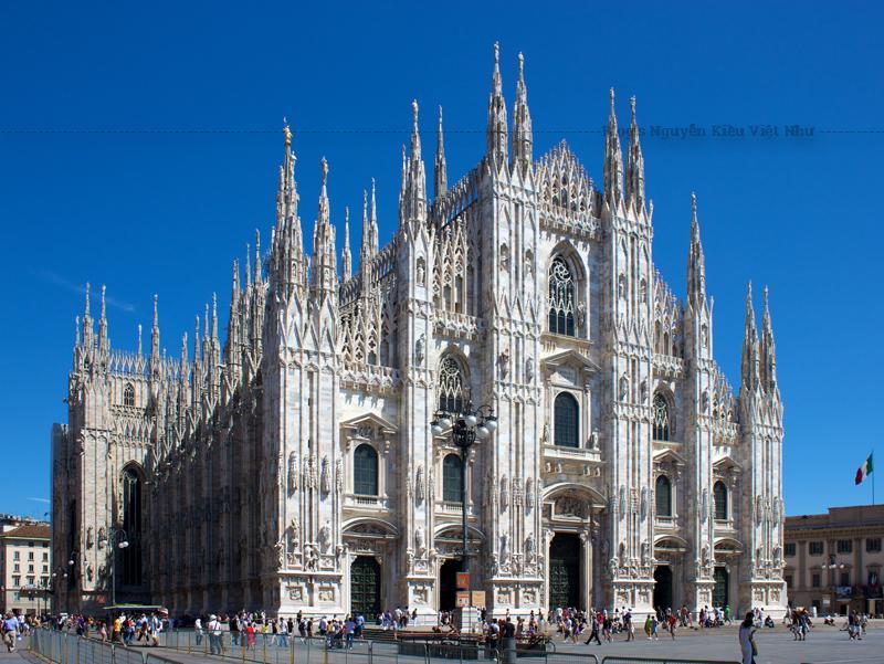Nhà thờ chính tòa Milano được mở cửa hàng ngày. Du khách sẽ phải trả phí để tham quan kho báu và leo lên mái nhà thờ. Có một ga tàu điện ngầm ở phía trước để phục vụ cho những du khách đến đây và bạn cũng có thể đi bộ đến từ nhiều khách sạn tại trung tâm thành phố.