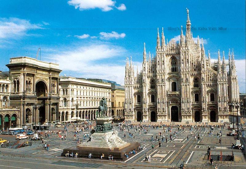 Nhà thờ chính tòa Milano chiếm lĩnh trung tâm lịch sử của thành phố Mila tòa ra bên ngoài từ quảng trường mà nó tọa lạc.
