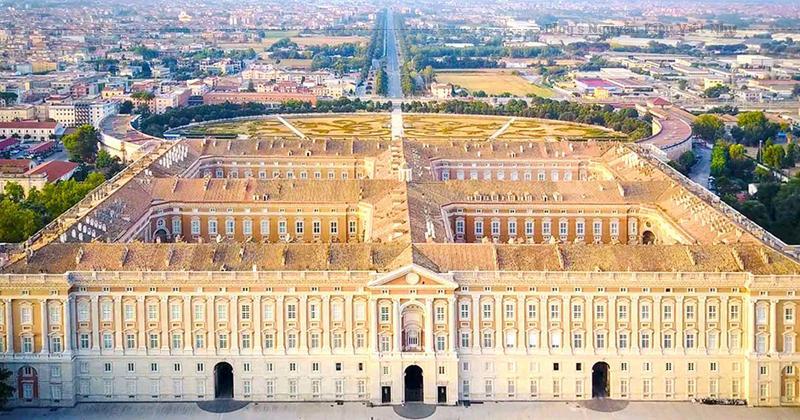 Cung điện được gọi là sáng tạo tuyệt vời nhất của kiến trúc Baroque Ý, đã được hoàn thành vào năm 1845 (mặc dù nó đã được xây dựng trong năm 1780), kết quả là phức tạp rất lớn của 1.200 phòng và cửa sổ vào năm 1742, với tổng chi phí 8.711.000 ducat.