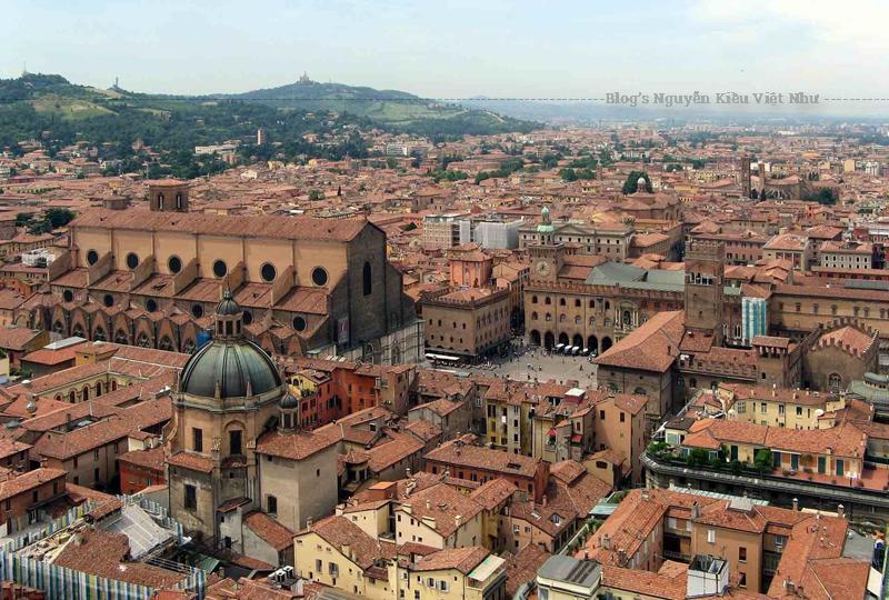 """Ra đời năm 1088, trường Đại học Bologna (Bologna, Italy) được coi là trường đại học cổ nhất còn tồn tại ở châu Âu và là một trong những trường đại học lâu đời nhất thế giới, thậm chí còn """"nhiều tuổi"""" hơn Đại học Oxford và Đại học Cambridge ở Anh."""