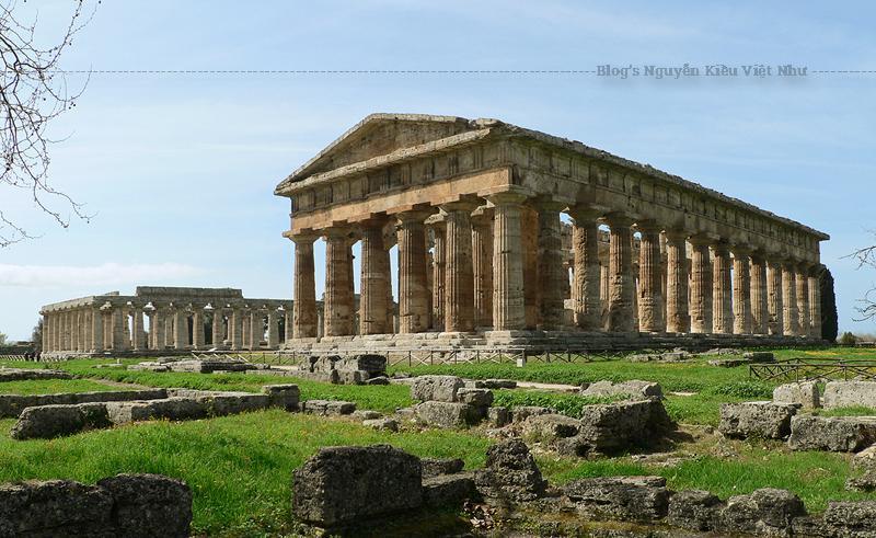 Tại Đền thờ Thứ hai của Hera vẫn còn giữ lại hầu hết các mũ cột trong khi hai ngôi đền còn lại chỉ còn các dầm đầu cột ở phía trên.