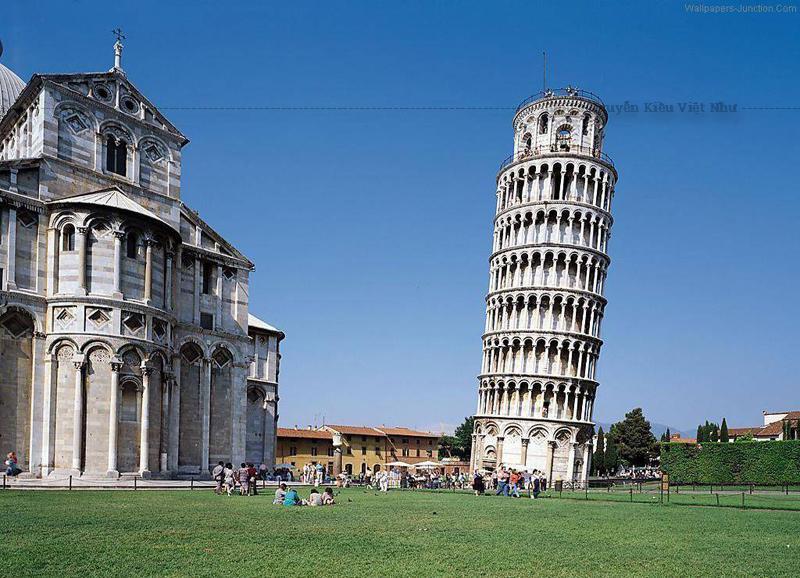 Số bậc lên tháp chuông là 294