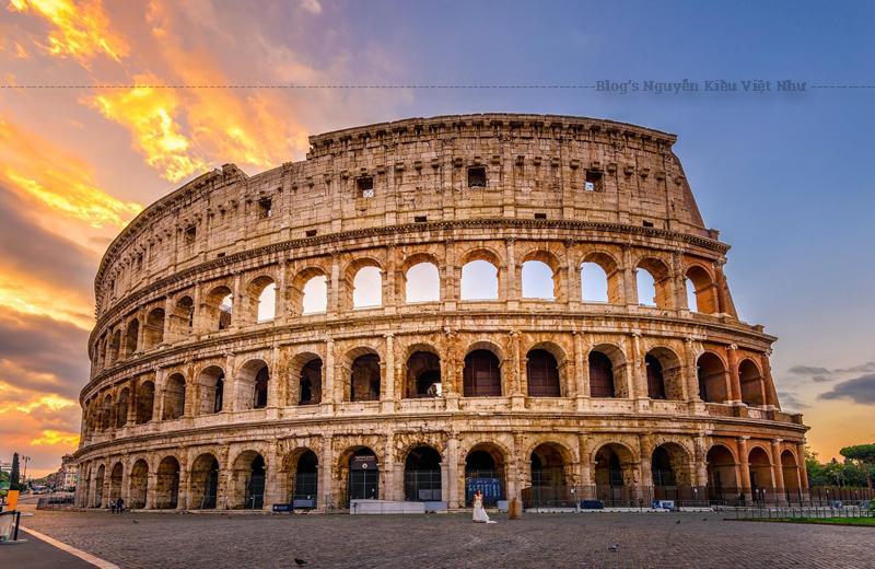 Colosseum hiện là một điểm du lịch chính ở Roma với hàng ngàn du khách mỗi năm vào xem bên trong đấu trường, mặc dù phí vào cổng cho công dân châu Âu được trợ cấp một phần, và miễn phí vào cổng cho công dân châu Âu nhỏ hơn 18 và lớn hơn 65.
