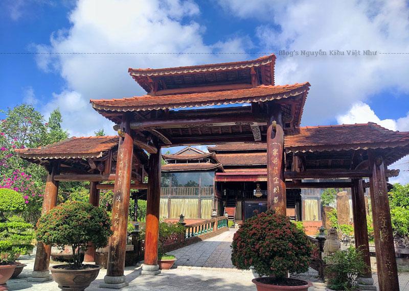 Tại Phước Lộc Thọ có 6 căn nhà sàn của các dân tộc khu vực Đông Nam Bộ và Tây Nguyên. Bên trong trưng bày cồng, chiêng, các bức tượng gỗ và những dụng cụ lao động của đồng bào dân tộc.