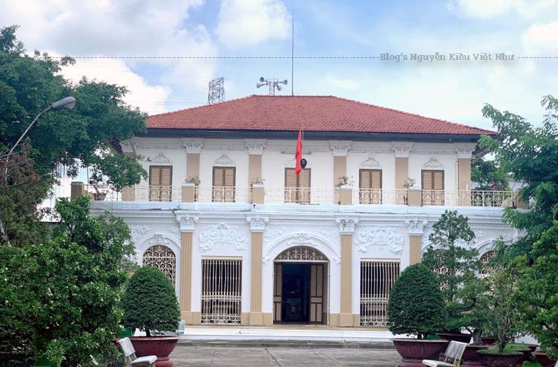 Bảo tàng đang lưu giữ hơn 20.000 hiện vật, tài liệu khoa học tái hiện quá trình hình thành, phát triển lịch sử và văn hóa của vùng đất Long An, trong đó có 2 bảo vật quốc gia.