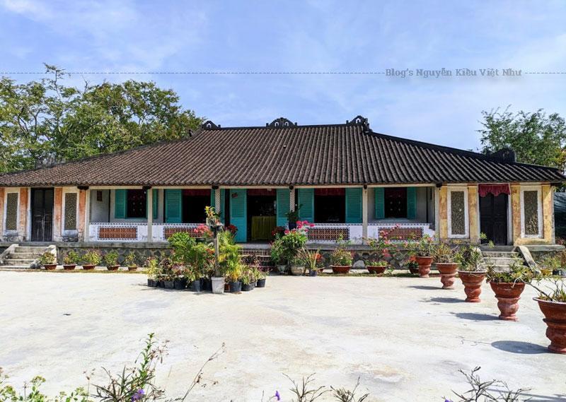Theo các nhà nghiên cứu, Nhà Trăm Cột là một ngôi nhà có kiểu thức thời Nguyễn, về đại thể mang dấu ấn rõ rệt của phong cách Huế.