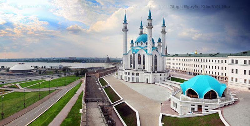 Nhà thờ nằm trên lãnh thổ Kremlin Kazan – tổ kiến trúc, lịch sử của Kazan, di sản thế giới được UNESCO công nhận.