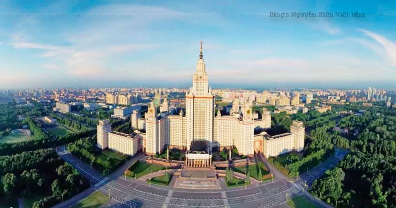 Tòa nhà trung tâm cao 240 m với 36 tầng, được củng cố hai bên sườn là bốn chái (cánh), gồm các ký túc xá cho sinh viên và giảng viên. Nó chứa tổng cộng 33 kilômét đường hành lang và 5.000 phòng.