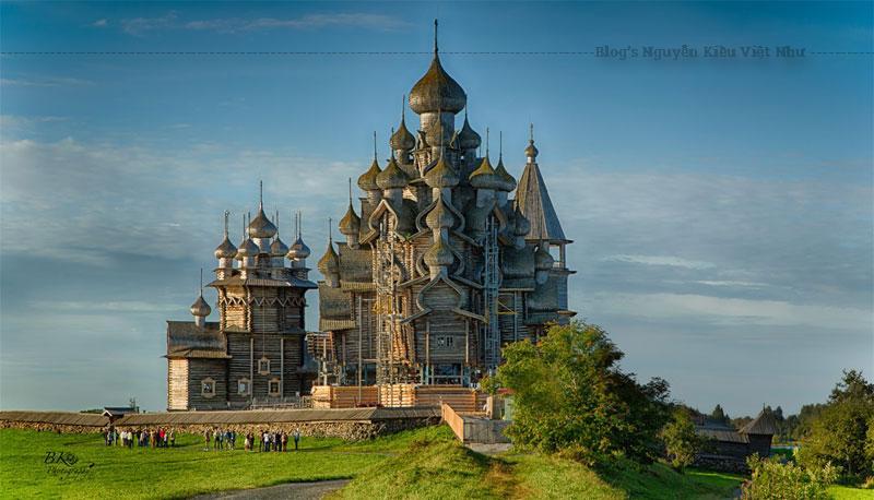 Nhà thờ Chúa Hiển dung hay Biến hình là công trình đáng chú ý nhất của Kizhi Pogost.