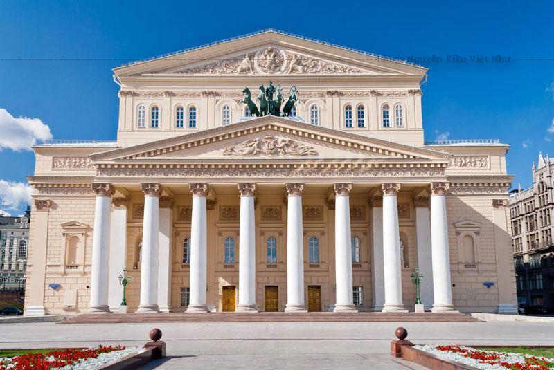 Nhà hát là một công trình nổi bật của thủ đô Moskva và Nga (mặt tiền tân cổ điển biểu tượng của nó thậm chí còn mô tả vào Nga 100-đồng rúp tiền giấy).