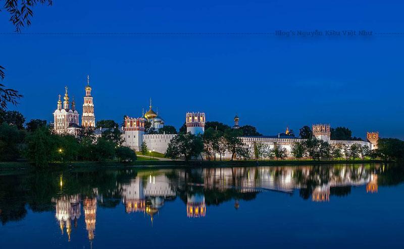 Một tháp chuông sáu tầng hình bát giác cao 72 mét là tháp chuông cao thứ hai tại Moskva sau Tháp chuông lớn Ivan.