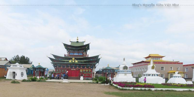 Tu viện Ivolginsky tọa lạc tại chân núi Khamar-Daban, gần ngôi làng Verkhnyaya Ivolga, cách thành phố Alan Ude, thủ phủ của Cộng hòa Buryatia (thuộc Nga), khoảng 23km. Tu viện này được xem là trung tâm văn hóa Phật giáo quan trọng nhất ở Nga.