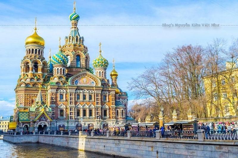 Được xây dựng theo phong cách cổ xưa Nga với 9 mái vòm cùng những bức tường được trang trí bằng các mảnh ghép tạo nên sự độc đáo nổi bật cho nhà thờ.