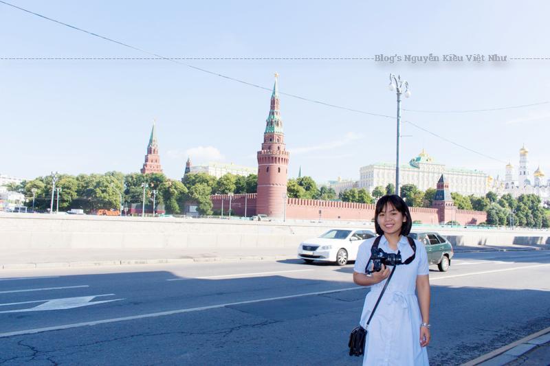 Tam giác không cân đối Kremli bao gồm diện tích 275.000 m² (68 mẫu Anh). Quảng trường Sobornaya (quảng trường nhà thờ) là trung tâm của Kremli. Nó được bao quanh bởi 6 khối kiến trúc xây dựng, trong đó có 3 nhà thờ.