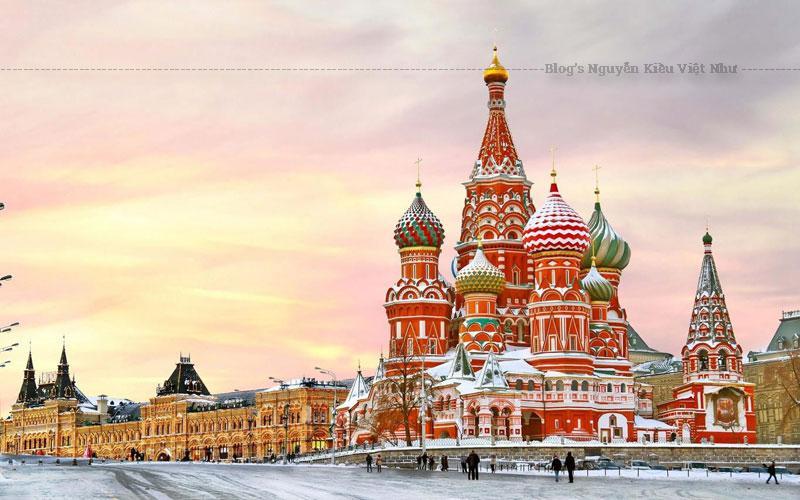 Kiến trúc Nga độc đáo của nhà thờ thánh Basil hiện tại cũng gắn liền với những thời khắc thăng trầm trong quá khứ, đỉnh điểm là hai lần suýt bị xóa sổ.