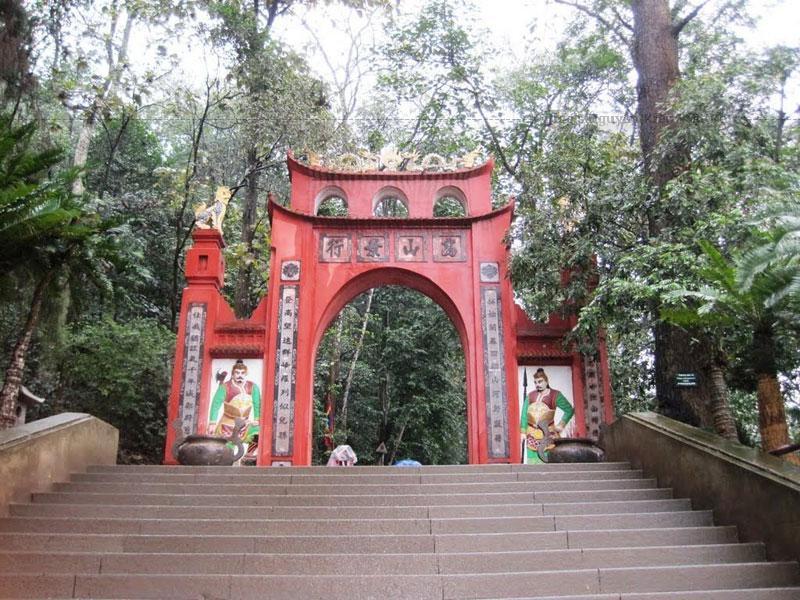Đền Hùng được dựng trên núi Nghĩa Lĩnh, giữa đất Phong Châu, ngày nay là xã Hy Cương, thành phố Việt Trì, tỉnh Phú Thọ.