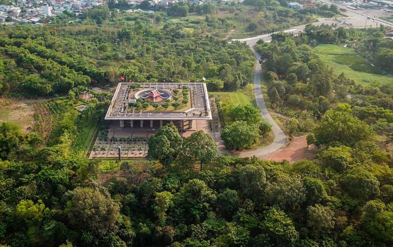Đền Hùng Phú Thọ là quần thể di tích lịch sử đền chùa, thờ phụng các Vua Hùng và tôn thất, gắn với lễ hội đền Hùng mang tầm vóc quốc gia, luôn có sức hút đến mọi du khách.