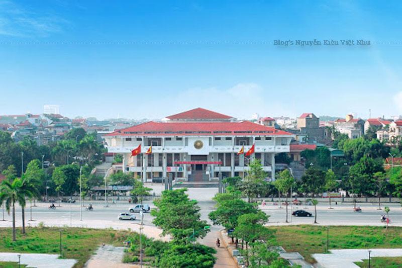 Bảo tàng Hùng Vương được thiết kế dựa trên thế giới quan của người Việt cổ với quan niệm trời tròn - đất vuông, gồm 2 tầng với diện tích gần 1.000m². Đứng từ đỉnh núi Nghĩa Lĩnh nhìn xuống, Bảo tàng như một chiếc hộp vuông khổng lồ gợi liên tưởng đến sự tích bánh Chưng, bánh Dầy trong huyền sử dân tộc Việt.
