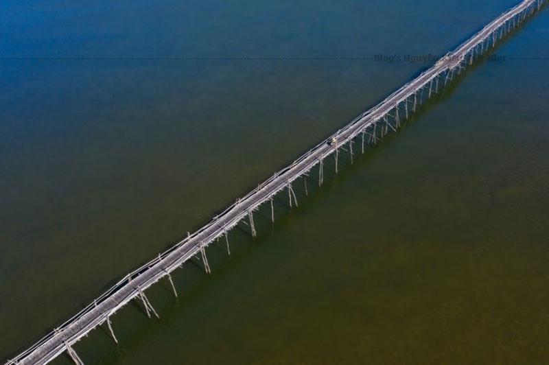Cầu gỗ Ông Cọp chỉ thiết kế dành cho người đi bộ và xe máy sử dụng, với vật liệu chủ yếu bằng gỗ và tre, mặt và trụ cầu được làm hoàn toàn từ gỗ ván.