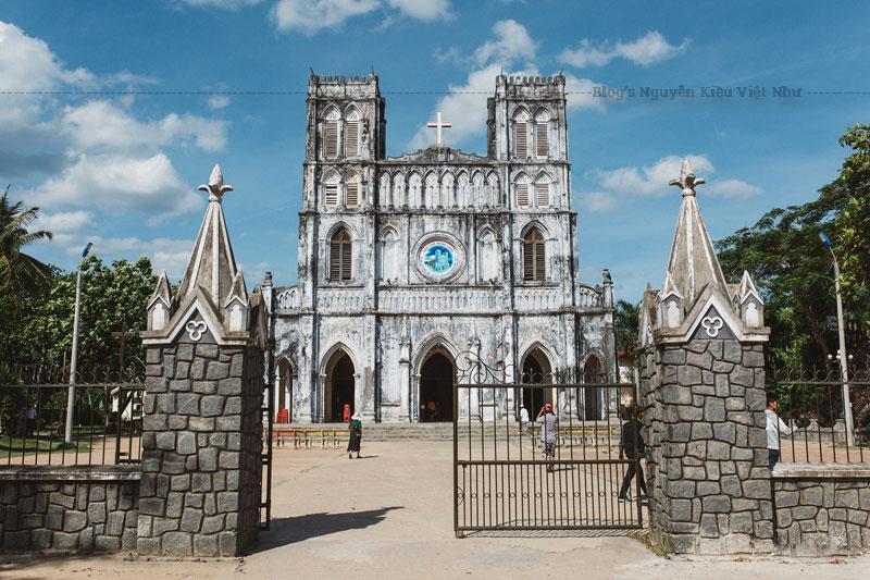 Nhà thờ nhỏ nhưng có khuôn viên thoáng mát rợp cây xanh. Tước sân còn có một khu hầm nhỏ, được xây dựng khá kỳ công trong lòng một quả đồi giả. Bên trong hầm có nhiều điêu khắc chạm trổ kể lại những câu chuyện về thánh Anre Phú Yên.