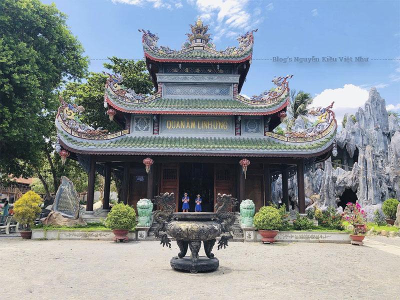 Nhắc tới ngôi chùa Phú Yên này, người ta thường nhắc ngay tới sự độc đáo của nó. Đó chính là những nguyên liệu làm nên ngôi chùa này vô cùng đặc biệt. Chùa Thanh Lương đã sử dụng gáo dừa và san hô là 2 nguyên liệu chính để kiến thiết nên ngôi chùa độc đáo này.