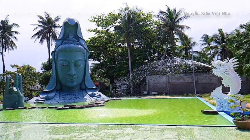 Khi mới bước chân vào cổng chùa, bạn sẽ được ngắm nhìn bức tượng Phật Di Lặc an nhiên tự tại ngự ngay trước mắt. Tiếp đến là hình ảnh các hòn đá được đặt cạnh nhau để tạo nên một không gian của đá vô cùng tinh tế và thanh tịnh.