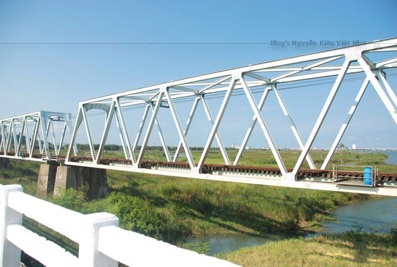 Cũng như cầu Long Biên với dòng sông Hồng ở Hà Nội hay cầu Tràng Tiền với dòng sông Hương ở Huế, cây cầu Đà Rằng với sông Đà Rằng từ bao đời nay vẫn luôn là một biểu tượng của mảnh đất Phú Yên.