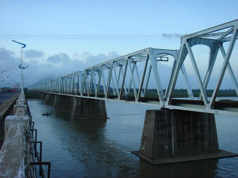 Tháng 12 năm 1946, cầu Đà Rằng bị phá hủy trong phong trào tiêu thổ kháng chiến chặn bước tiến quân Pháp xâm chiếm vùng tự do Phú Yên.