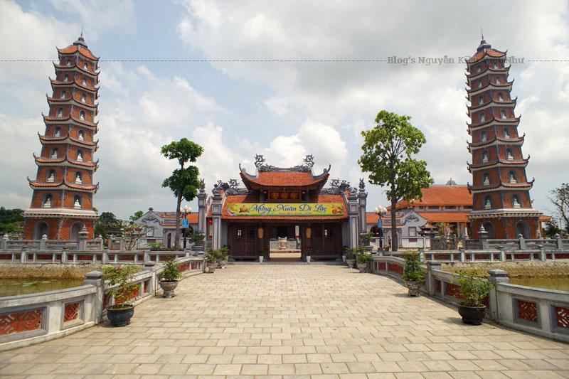 Đến nay, Chùa còn lưu giữ lại một số hiện vật như tượng Phật bà Quán thế âm Bồ Tát, Địa tạng Vương Bồ Tát cùng một số pháp khí bằng đồng được đúc rất tinh xảo, đặc biệt, vẫn còn đại hồng chung cao 1,15m, đường kính thân chuông 0,57m, chu vi 1,45m được đúc vào thời vua Minh Mạng và cổng Tam Quan, nền nhà Chính điện.