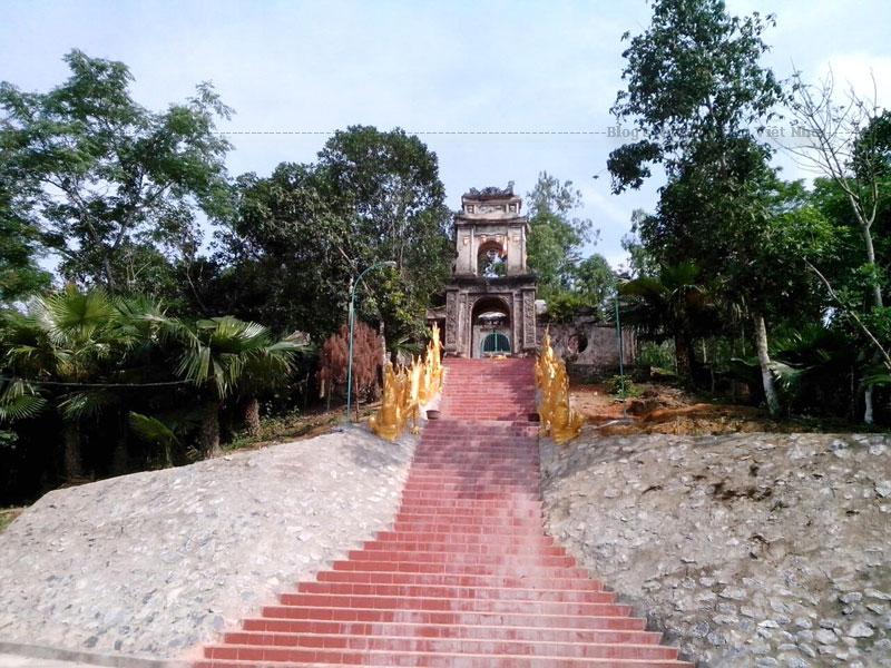 Chùa Ngọa Cương còn được gọi là Ngọa Linh tự. Được xây dựng vào khoảng thế kỷ 16, lúc đầu chỉ bằng tranh tre nứa lá đơn sơ.