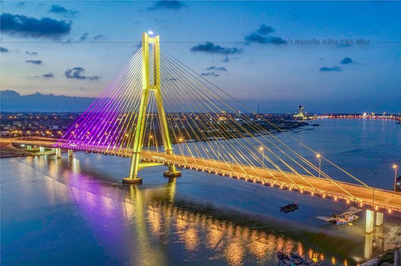Cầu Nhật Lệ 1 khánh thành vào năm 2005, đã thực sự mang đến một cái nhìn mới cho Đồng Hới.