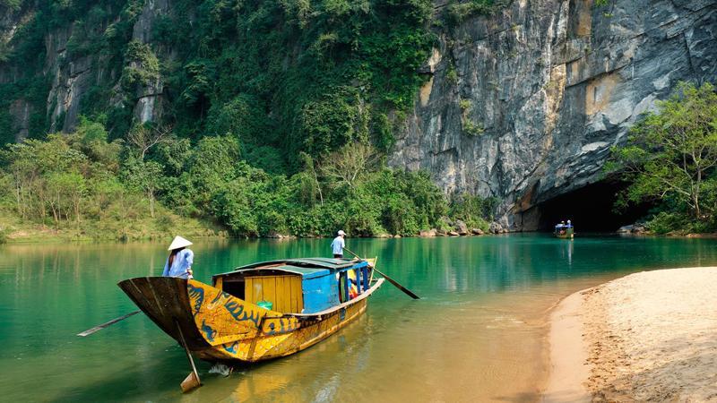 Vườn quốc gia Phong Nha-Kẻ Bàng cũng chứa đựng nhiều di vật khảo cổ. Các bằng chứng về sự sinh sống của con người ở khu vực này là các đầu rìu thuộc Thời kỳ Đồ đá mới và các hiện vật tương tự đã được các nhà khảo cổ Pháp và Việt Nam tìm thấy trong các hang động.