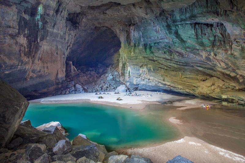 Anh Hồ Khanh - Người phát hiện ra Sơn Đoòng và ông Howard Limbert - Nhà thám hiểm người Anh, người tìm ra hơn 500 hang động ở Việt Nam, trong đó có hang lớn nhất thế giới Sơn Đoòng.