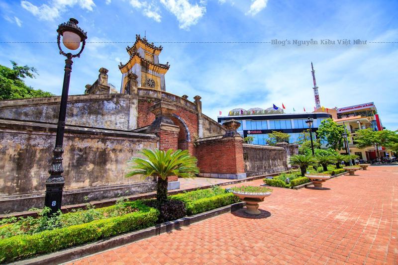 Quảng Bình Quan thời Nguyễn, được đắp bằng đất vào năm 1631, là hệ thống thành lũy cổ được xây đắp để bảo vệ kinh thành Nguyễn. Quảng Bình quan nằm trong hệ thống Lũy Thầy, bao gồm Lũy Trường Dục, Lũy Trấn Ninh, Lũy Nhật Lệ, Lũy Trường Sa kéo dài hơn 30 km.
