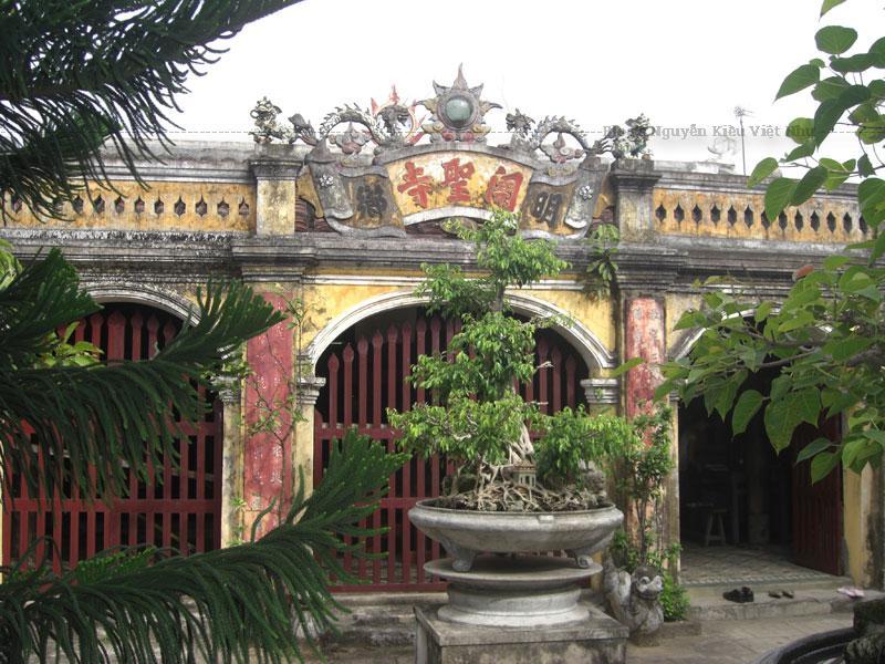 Chùa có 6 văn bia chữ Nho chia làm hai loại: loại có niên hiệu Thành Thái thứ 7 (năm 1895) và văn bia niên hiệu Khải Định Canh Thân (năm 1920) là các năm trùng tu chùa.