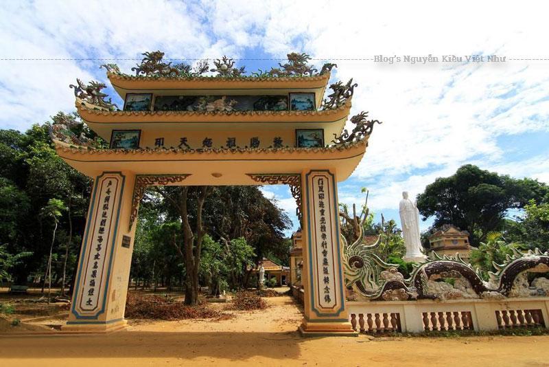 Chùa Thiên Ấn được khởi công xây dựng vào năm 1694 và hoàn thành vào cuối năm 1695 (năm Chính Hòa thứ 15, đời chúa Nguyễn Phúc Chu ở Đàng Trong).