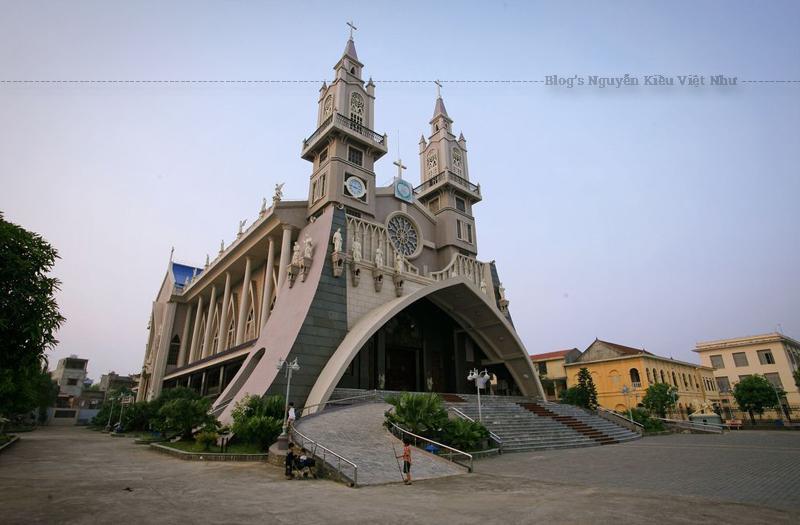 Năm 1906, linh mục Phêrô Munagorri Trung là cha xứ Sa Cát mời linh mục người Tây Ban Nha Andres Kiên giúp việc xây cất ngôi một thánh đường theo kiểu kiến trúc Gothic nguy nga lộng lẫy tại Thái Bình.