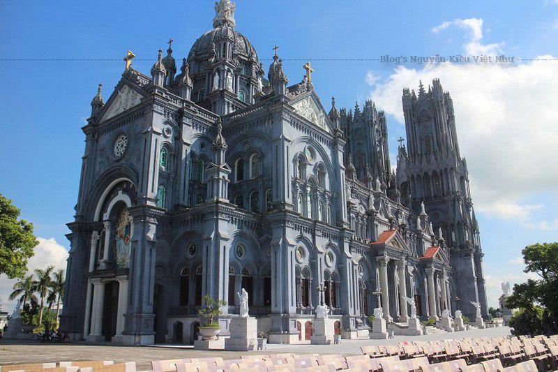 Năm 1735, ngôi nhà thờ đầu tiên được xây dựng bằng tường đất, mái rạ. Do đó, năm 1770, ngôi nhà thờ được xây dựng lại.