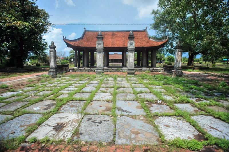Qua tam quan, đi tiếp vào chùa, gặp ở hai bên 24 gian hành lang là khách hành hương sắm lễ vào Chùa lễ Phật và lễ Thánh.