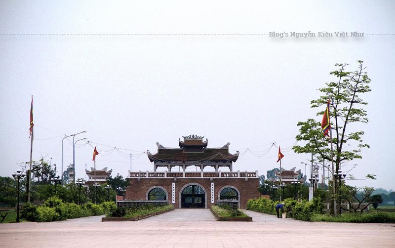 Nơi đây được gọi là Thái Đường Lăng, hiện còn di tích là ba ngôi mộ táng ba vị vua đầu tiên của Triều Trần là Trần Thái Tông, Trần Thánh Tông, Trần Nhân Tông.