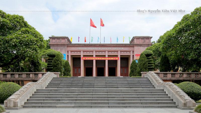 Được xây dựng trên một khuôn viên rộng đến 40.000m² cạnh dòng sông Cầu thơ mộng, tại điểm giao nhau của các đường Đội Cấn, Hoàng Văn Thụ, Bắc Kạn và Cách mạng tháng Tám, Bảo tàng Văn hóa các dân tộc Việt Nam là một công trình kiến trúc quy mô, tầm cỡ mang nhiều tính nghệ thuật, đã đạt giải thưởng Hồ Chí Minh về công trình kiến trúc Thái Nguyên đợt 1 năm 2006.