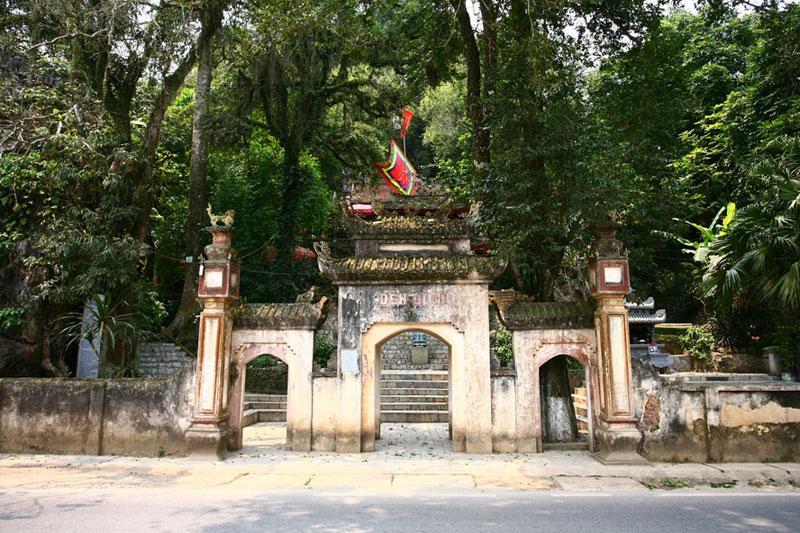 Đền Đuổm là ngôi đền cổ nằm bên quốc lộ 3, thuộc địa phận xã Động Đạt (huyện Phú Lương), cách thành phố Thái Nguyên 25km về phía tây bắc. Đền nằm dưới chân núi Đuổm - một danh thắng của tỉnh Thái Nguyên.