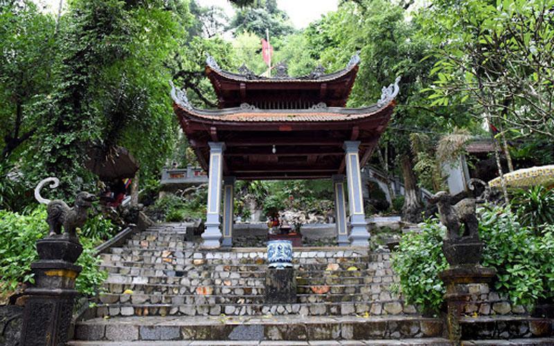 Đền Hạ là nơi thờ hai công chúa Diên Bình và Thiều Dung; đền Trung là nơi thờ danh nhân Dương Tự Minh, và đền Thượng là nơi thờ thân mẫu của ông.