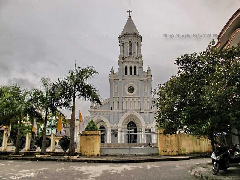 Nhà thờ do linh mục Bourlet Độ xây từ năm 1926 tới 1930.