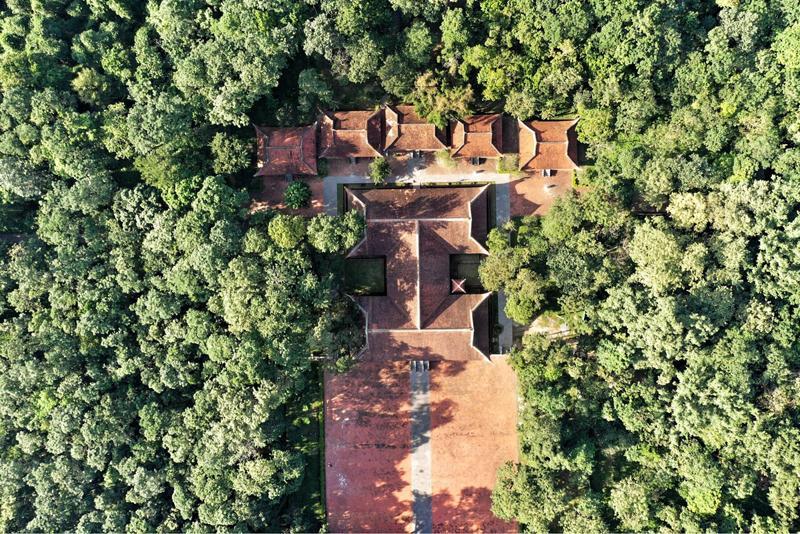 Khu di tích lịch sử Lam Kinh rộng khoảng 30 ha, gồm những lăng phần, đền miếu và một hành cung của các vua nhà Hậu Lê mỗi lần về bái yết tổ tiên.