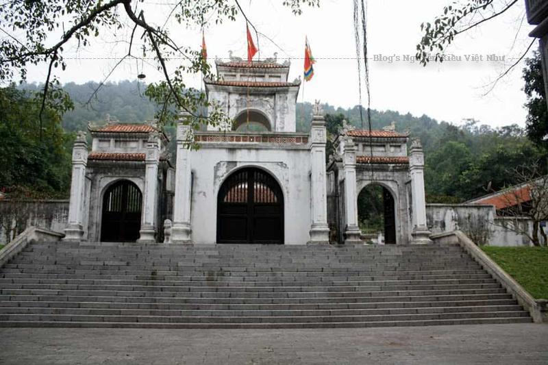 Đền Bà Triệu ở Thanh Hóa có lối kiến trúc truyền thống của vùng đồng bằng bắc trung bộ nước ta tuy nhiên điểm đặc biệt của nơi đây chính là đền Bà Triệu là nơi lưu giữ những hiện vật quý hiếm, nhiều cổ vật từ những thời đại xa xưa hay các kho tàng sự tích, câu đối, thơ, ca dao, huyền thoại…