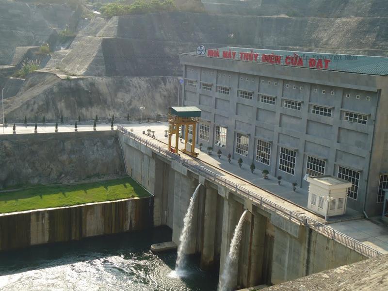 Thủy điện Cửa Đạt có công suất 97 MW với 2 tổ máy, sản lượng điện hàng năm 430 triệu KWh, khởi công tháng 2/2004, hoàn thành tháng 11/2010.