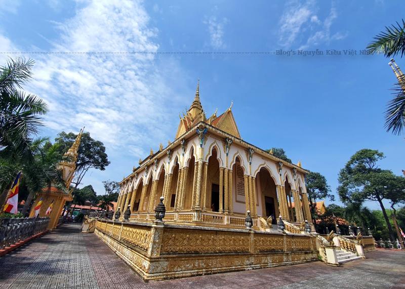 Cổng chùa được trang trí với nhiều nét hoa văn trang trí khá độc đáo và nổi bật, thu hút ánh mắt ngay từ lần đầu tham quan.