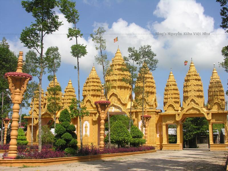Chùa Vàm Ray mang phong cách kiến trúc Angkor, một kiến trúc đặc trưng của người Campuchia.